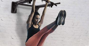 mujer haciendo ejercicios en barra de dominadas