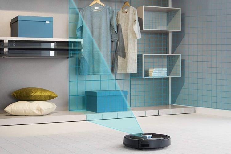 aspirador robot limpiando casa