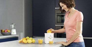 mujer preparando jugo de naranja