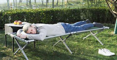 hombre durmiendo en cama de camping