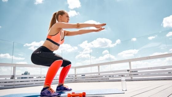 mujer haciendo squats